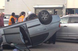 רכב התהפך בתאונת דרכים בעיר - פצוע במקום