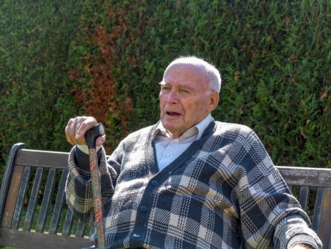 איש זקן שיושב בפארק באשדוד