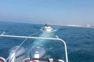 צפו: שוטרים חילצו סירה שנתקעה מול חופי אשדוד