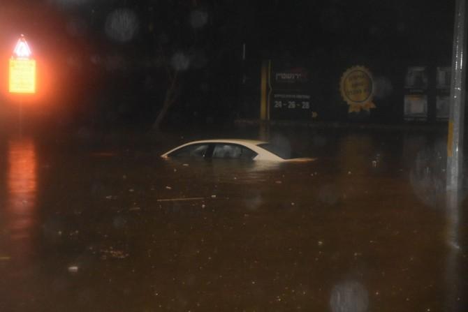 מפחיד: רגעי האימה בתוך הרכב הנעול והמוצף במים באשדוד