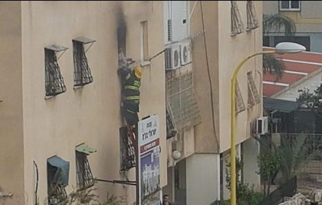 צפו בתיעוד מרגעי הדרמה בשריפה בדירה ממנה השליכה האם את ילדיה