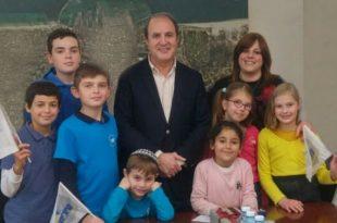"""תלמידי בית הספר """"עילית שובו אשדוד"""", שזכו בתחרות הסייבר של ישראל, התארחו בלשכת ראש העיר"""