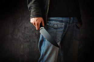 אדם אוחז בסכין גדולה