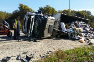 משאית זבל ענקית התהפכה באשדוד - שני פצועים במקום