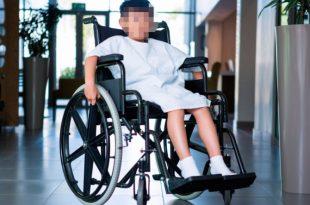 ילד בכיסא גלגלים