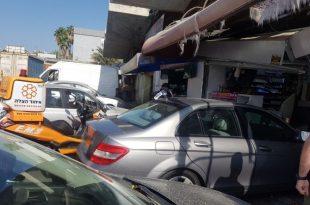 רכב פגע בעוצמה בחנות במרכז מסחרי בעיר - שני פצועים במקום