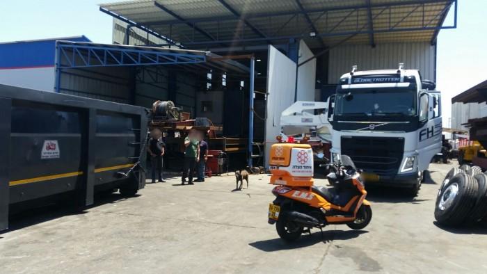 תאונת עבודה במפעל: פועל נפל מנגרר של משאית