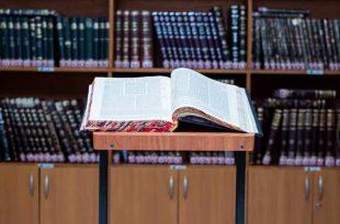 ספר תורה בבית הכנסת הגדול בעיר אשדוד