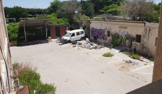"""צפו: בניין המשטרה הישן וההרוס שימש שבחי""""ם וסודנים עד שהוצת"""