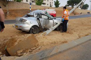 רכב התנגש בעוצמה אדירה בעמוד חשמל הנהג פצוע קשה