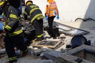 אישה וילד בן 3 נפצעו לאחר התנגשות עוצמתית בקיר בית פרטי