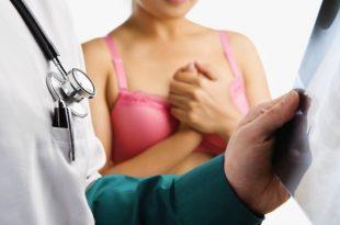 רופא בודק פציינטית בביתהחולים
