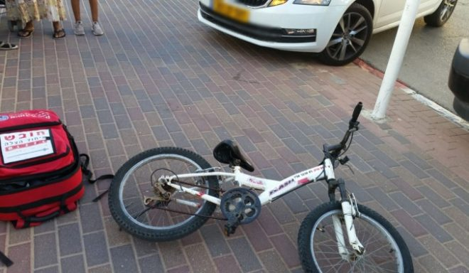 ילד שרכב על אופניים נפצע מפגיעת רכב עוצמתית