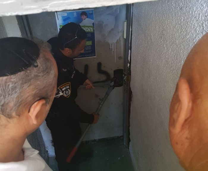 המשטרה מנעה מדייר להשתלט על המקלט בבניין