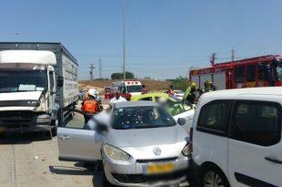 פצוע בתאונה בין משאית ושלושה רכבים