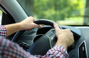 צעיר נוהג ברכב