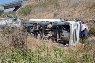 משאית התהפכה בכניסה לאשדוד - פצוע בינוני במקום