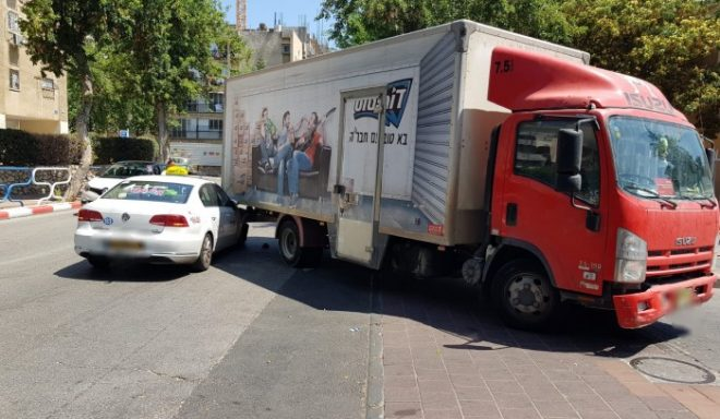 שני פצועים בתאונת דרכים בין משאית לרכב פרטי