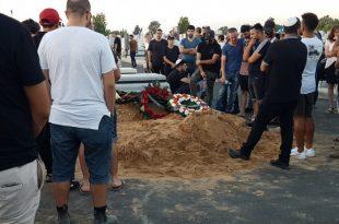 """מסרבים להאמין: מאות מתושבי העיר ליוו את יוחאי אלקיים ז""""ל בדרכו האחרונה"""