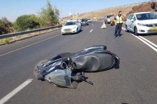 רוכב קטנוע נפגע בראשו