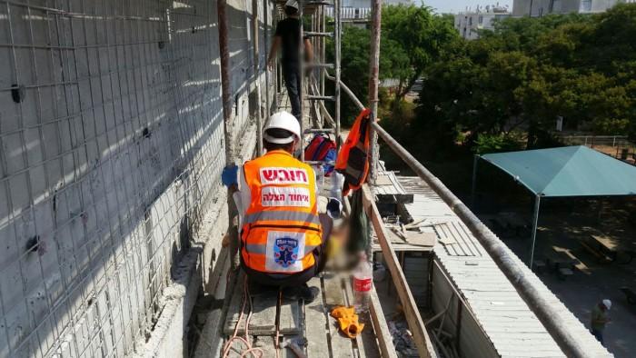 מבצע חילוץ מגובה רב לפועל בניין שנפצע באתר בנייה בעיר