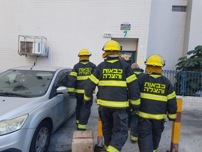 מאתרים לכודים: לוחמי האש פרצו לדירה שעולה באש באשדוד