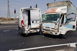 עומס תנועה כבד בכניסה לעיר בעקבות תאונה בין משאית לשני רכבים