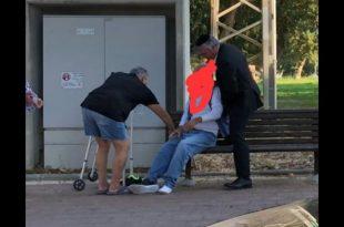 """הישראלי היפה: מ""""מ ראש העיר סייע לקשיש שנפל באמצע הדרך"""