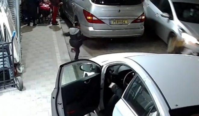 צפו בתיעוד המפחיד: ילד רץ מתחת לגלגלי מכונית נוסעת באשדוד