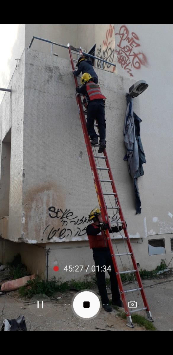 שני נערים שננעלו בבניין שעובר שיפוץ, חולצו על ידי לוחמי האש