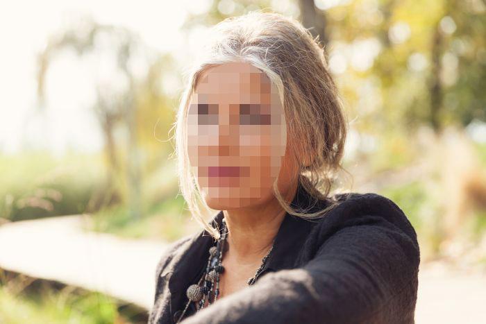 פנים מטושטשות של אישה