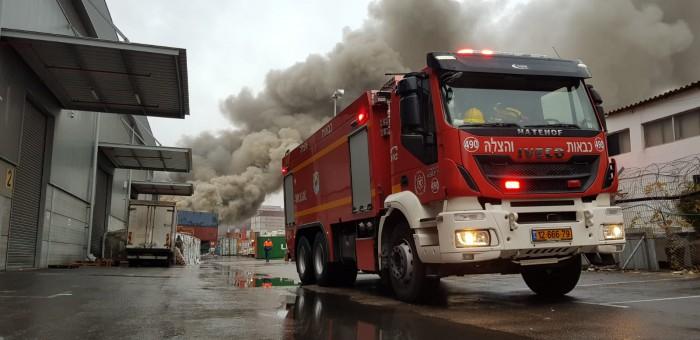 """שמונה שעות מתחילת השריפה הגדולה באשדוד - """"מנסים לעצור את האש"""""""