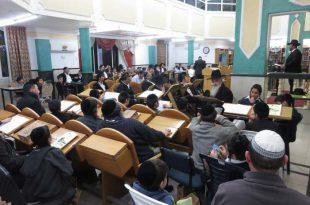 """ילדי בית הספר """"בית יוסף"""" התכנסו לשעת לימוד יחד עם האבות לשנן יחד את החומר הלימודי"""