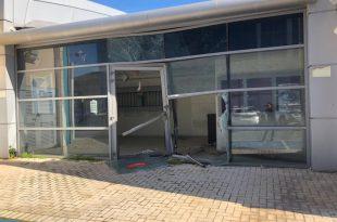 רכב פגע חזיתית בחנות במתחם הסטאר סנטר