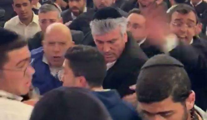 """צפו באבי אמסלם ויהודה אבידן מחלצים אדם בכנס של ש""""ס"""