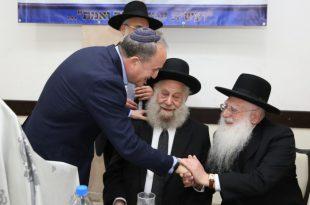 ראש העיר ד''ר לסרי, מקבל את ברכתם של הרבנים הראשיים, רבי חיים פינטו והרב יסף שיינין
