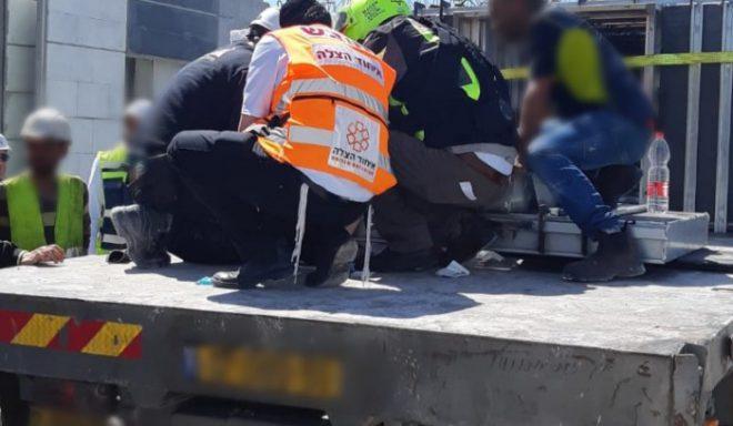 תאונה קשה: פועל נפגע מברזל כבד תוך כדי פריקת משאית
