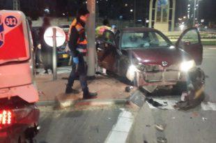 רכב פגע בעמוד תאורה