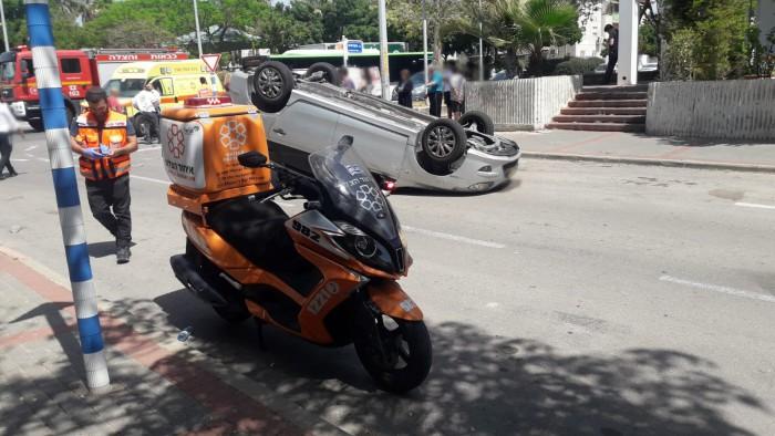 תאונה בין שני רכבים, אחד מהם התהפך ואדם אחד נפגע