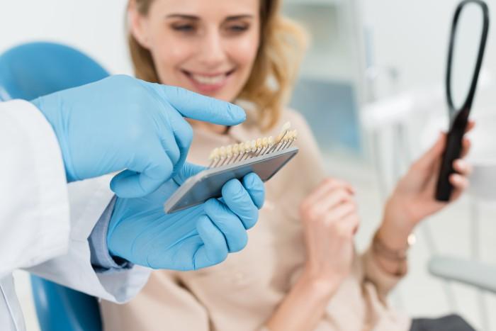 מטופלת אצל רופא שיניים