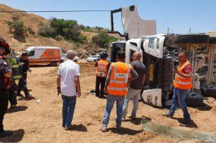 """משאית התהפכה באזור התעשייה באשדוד - חולץ ע""""י לוחמי האש"""