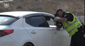 שוטר עוצר מכונית