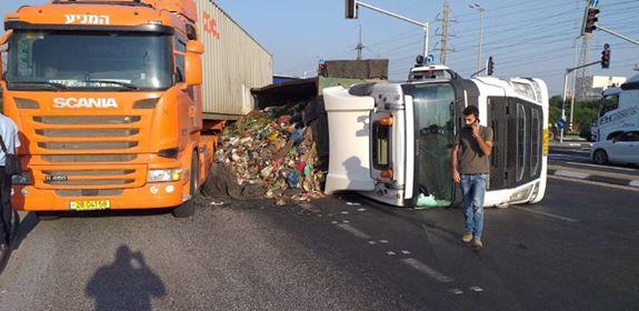 צומת ניר גלים חסום בגלל משאית שהתהפכה. פקקים גדולים במקום.
