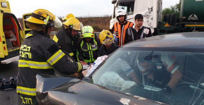 הבוקר: לוחמי האש חילצו שני לכודים בתאונה חזיתית בניר גלים